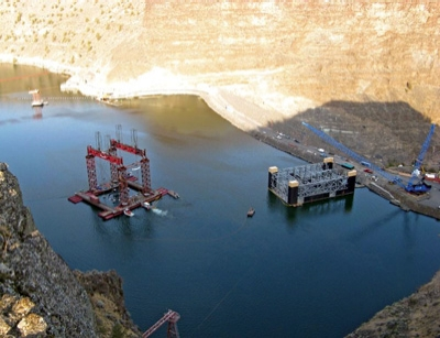 A pontoon barge with a central moon pool was used to assemble the selective withdrawal bottom structure, 50 feet offshore at the right abutment of Round Butte Dam.